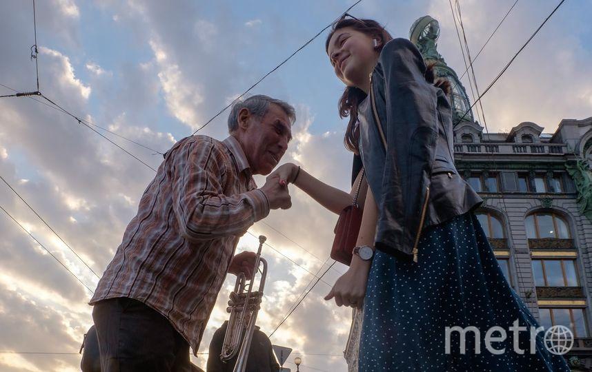 """Трубач дядя Миша на Невском проспекте выступает 28 лет. Фото Алена Бобрович, """"Metro"""""""