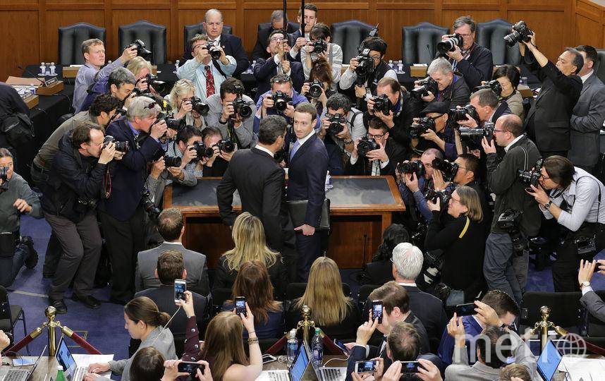 Основатель компании Facebook Марк Цукерберг в течение пяти часов давал показания в Сенате США. Фото AFP