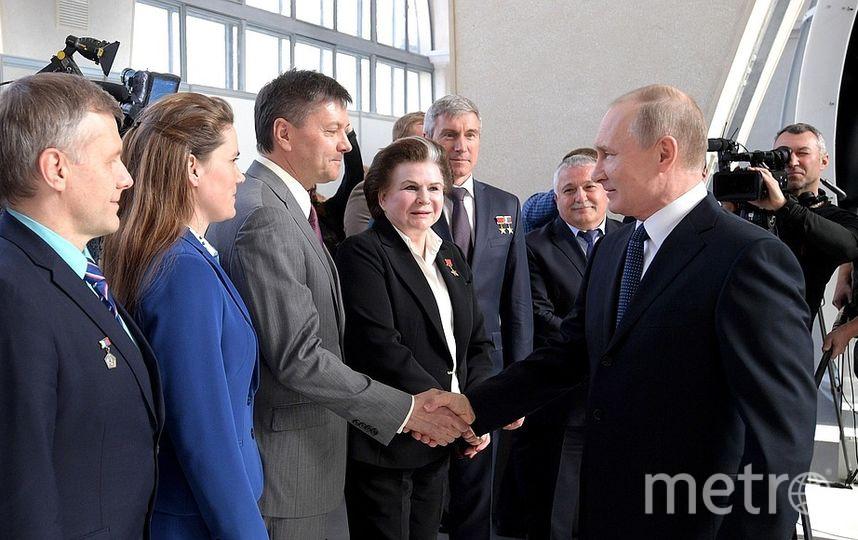 С космонавтами и ветеранами космической отрасли. Фото kremlin.ru