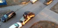 Водителя авто, повредившего 12 припаркованных машин в Мурино, нашла полиция