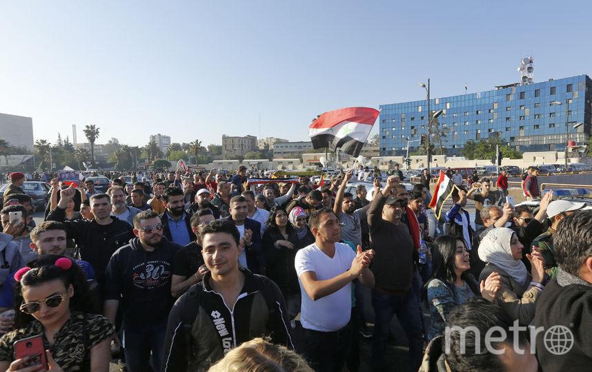 Жители Дамаска вышли на улицы города с национальными флагами. Фото AFP