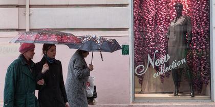 Дождь в Петербурге – горожане достали яркие зонты