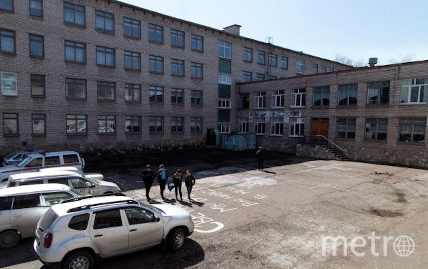 Двор общеобразовательной школы в Стерлитамаке, где ученик коррекционного класса напал с ножом на учительницу и поджег класс информатики. Фото РИА Новости