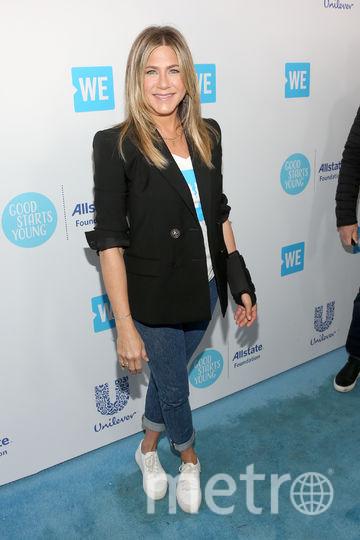 Дженнифер Энистон на молодежном форуме появилась с лангеткой на руке. Фото Getty