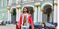 Карета, Эрмитаж, доспехи: как  Филипп Киркоров с детьми провел день в Петербурге. Фото