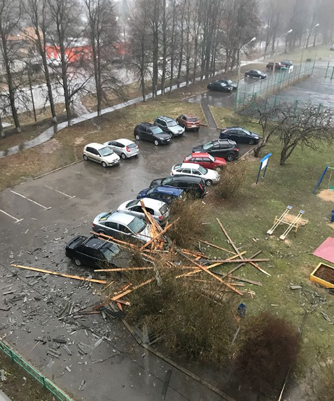 Москвичи и жители подмосковья публикуют фото последствий урагана в соцсетях. Фото Скриншот Instagram: svlfrommoon