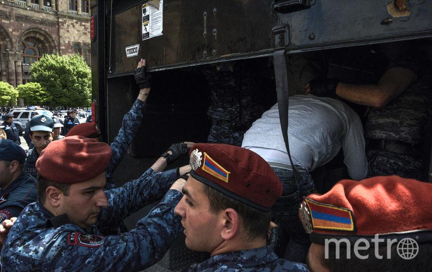 Против протестующих применили свето-шумовые гранаты. Фото AFP