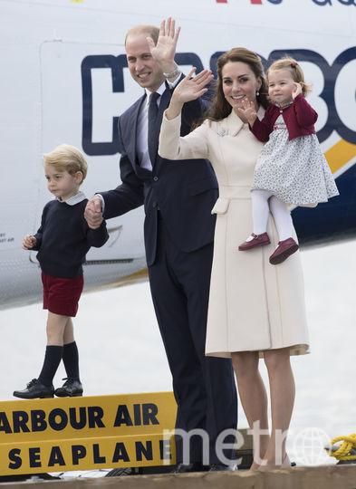 Принц Уильям с Кэтрин и детьми во время официального визита. Фото Getty