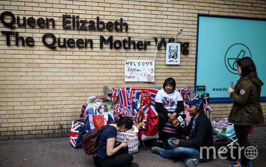 Британцы и журналисты дежурят у больницы Святой Марии 23 апреля. Фото Getty
