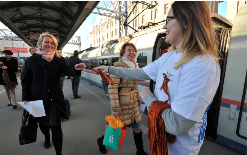 """Раздача Георгиевских ленточек в прошлом году. Фото """"Metro"""""""