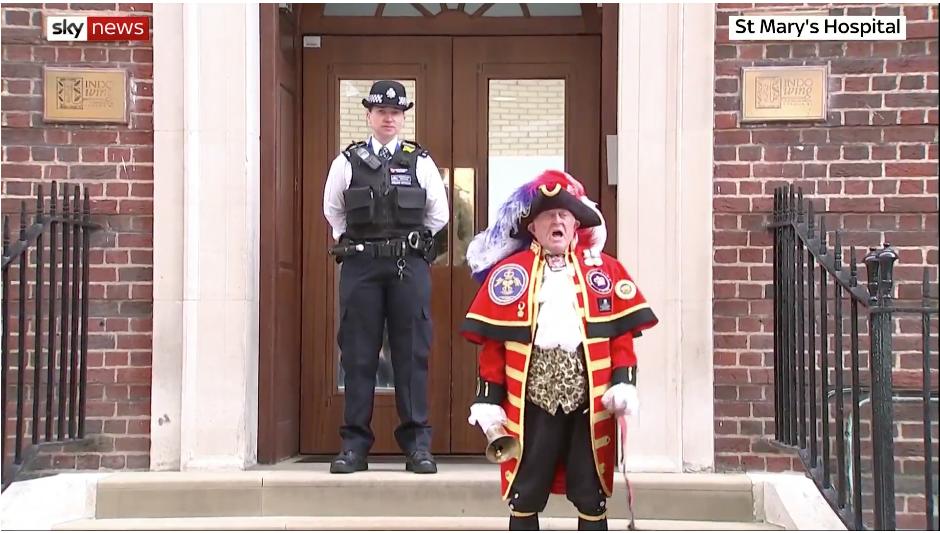 Глашатай объявляет, что герцогиня Кембриджская родила сына. Фото Скриншот прямой трансляции Sky News, Скриншот Youtube
