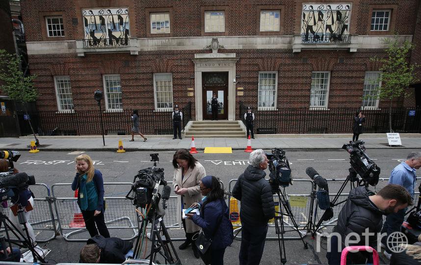 """Журналисты дежурили у отделения """"Линдо"""", где рожала Кейт Миддлтон. Фото AFP"""