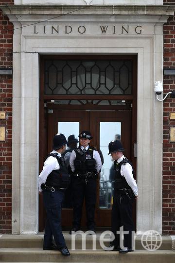 """Полиция у отделения """"Линдо"""", где рожала Кейт Миддлтон. Фото AFP"""