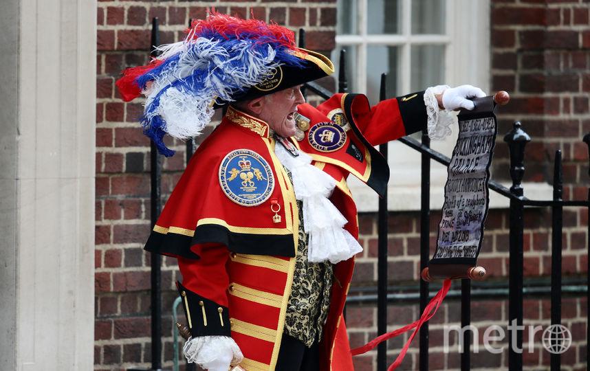 Глашатай объявляет, что герцогиня Кембриджская родила сына. Фото Getty
