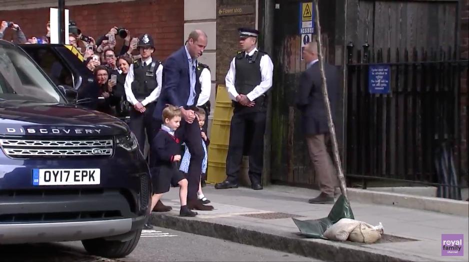 Принц Уильям привез детей знакомиться с братиком. Фото скриншот прямой трансляции Royal Family Channel, Скриншот Youtube