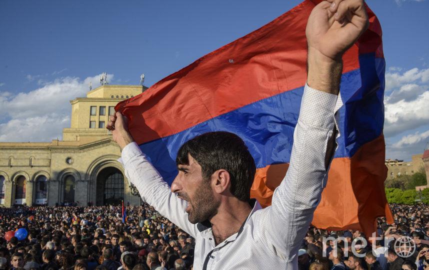 Десятки тысяч людей в понедельник празднуют на площади Республики в центре Еревана отставку премьер-министра Армении Сержа Саргсяна. Фото AFP