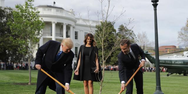 Президент США с женой и их гости явно были в приподнятном настроении и много улыбались.