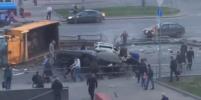Смертельное ДТП в Москве попало на видео: самосвал со щебнем перевернулся