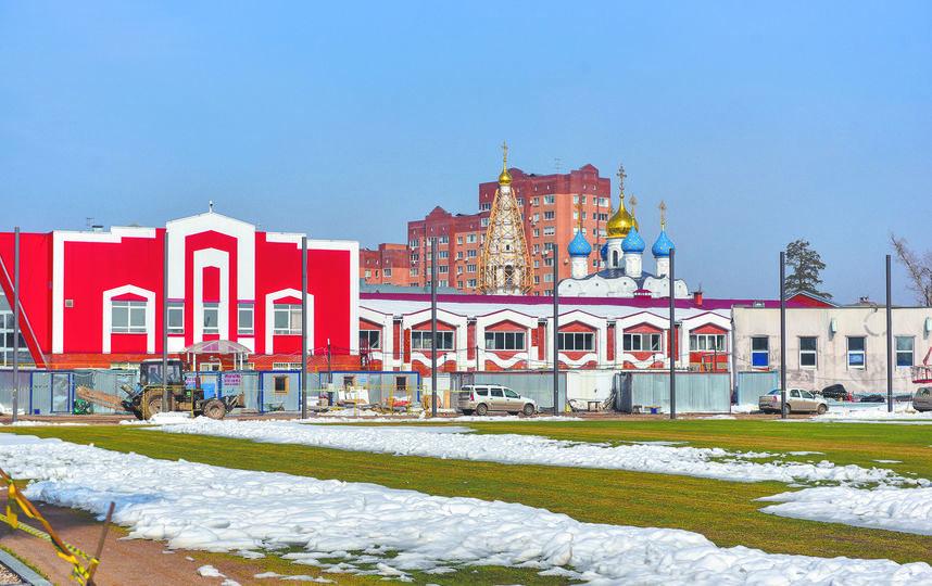 С футбольного поля на стадионе «Гучково» виден храм Великомученика Георгия Победоносца, построенный в 2000-х годах. Фото Василий Кузьмичёнок