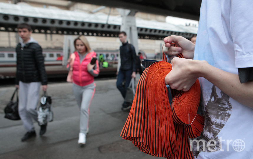 """Раздача Георгиевских ленточек 24 апреля 2018 года. Фото Святослав Акимов, """"Metro"""""""