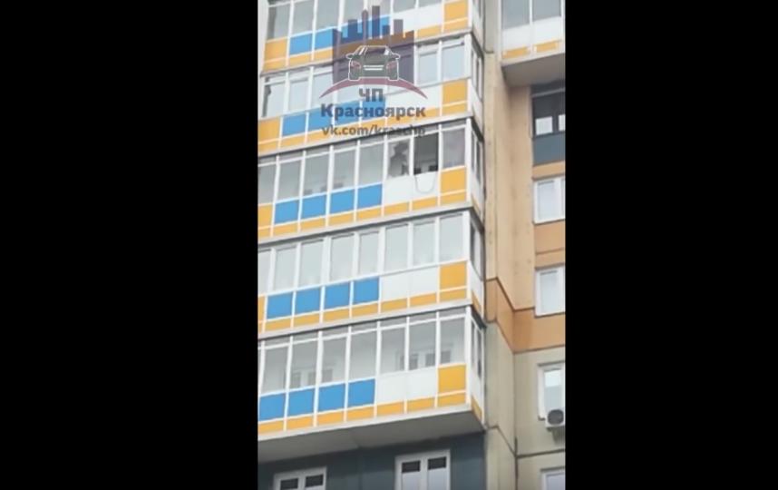 Житель Красноярска сорвался с 10 этажа, вырываясь из рук полицейских. Фото Все - скриншот YouTube