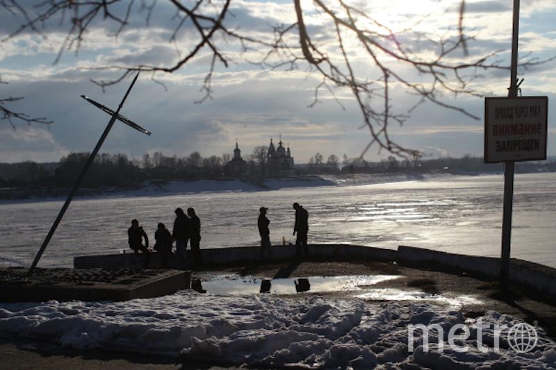 Мужчины у солнечных часов на набережной реки Сухона в Великом Устюге. Фото РИА Новости