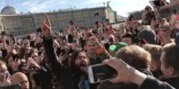 Как уличный музыкант: Джаред Лето спел под гитару на Дворцовой. Видео