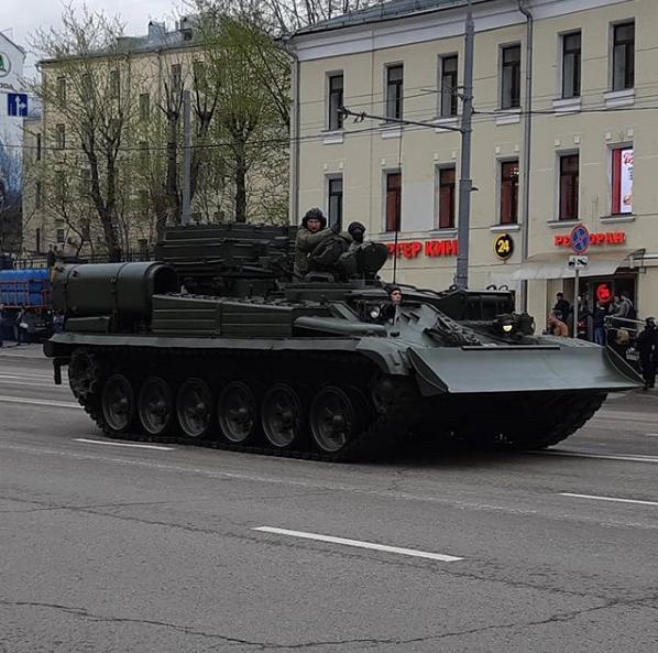 Бронетехника всегда вызывает интерес у москвичей. Фото https://www.instagram.com/anatolly_official/