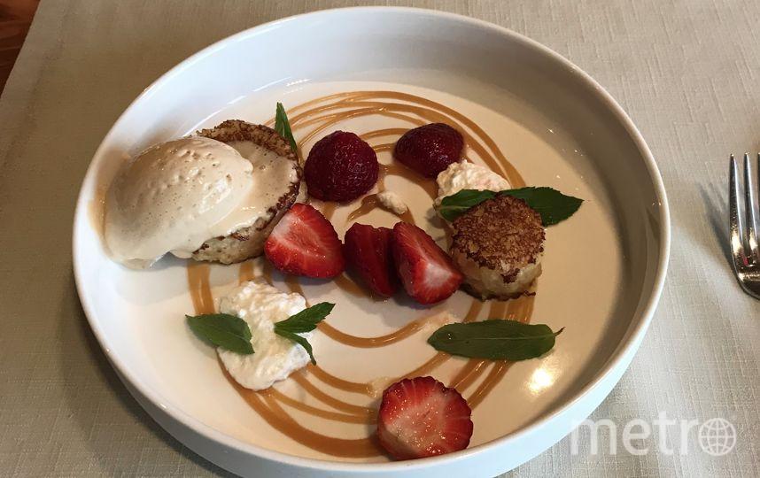 Бриошь, клубника и мороженое из варёной сгущёнки. Фото Мария Беленькая
