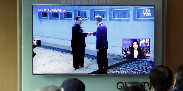 Ким Чен Ын стал первым северокорейским лидером, переступившим через военно-демаркационную линию..