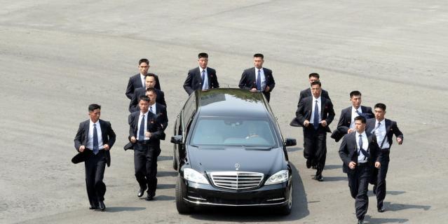 Так сопровождали машину президента Северной Кореи охранники. Их 12 человек.