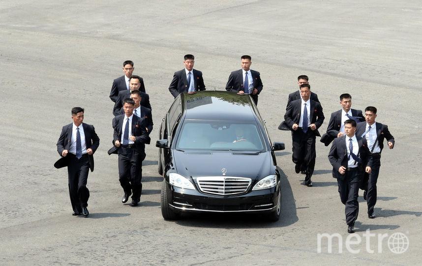 Так сопровождали машину президента Северной Кореи охранники. Их 12 человек. Фото Getty