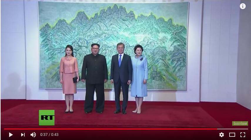 На фотографировании лидеры Северной и Южной Корей с женами. Фото скрин-шот