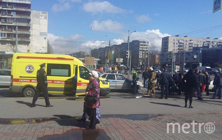 Иностранная машина вылетела натротуар исбила троих человек вПетербурге