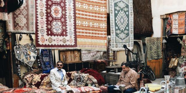 Лавка с турецкими коврами и другими предметами интерьера.