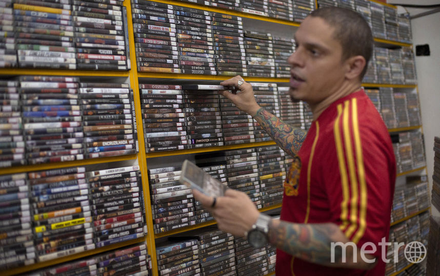 Владелец магазина по прокату DVD-дисков, Бразилия. Фото AFP