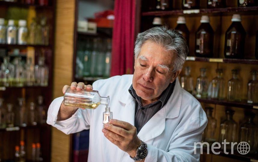 Продавец-дегустатор в парфюмерном магазине (он наносит на себя духи, которые выбрали покупатели), Сербия. Фото AFP