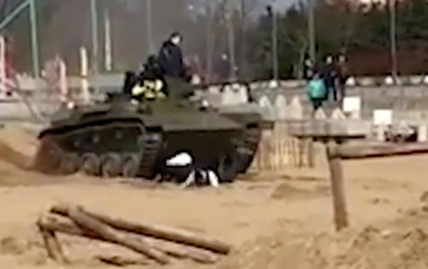 Момент падения людей. Фото скриншот видео, источник – РИА Новости