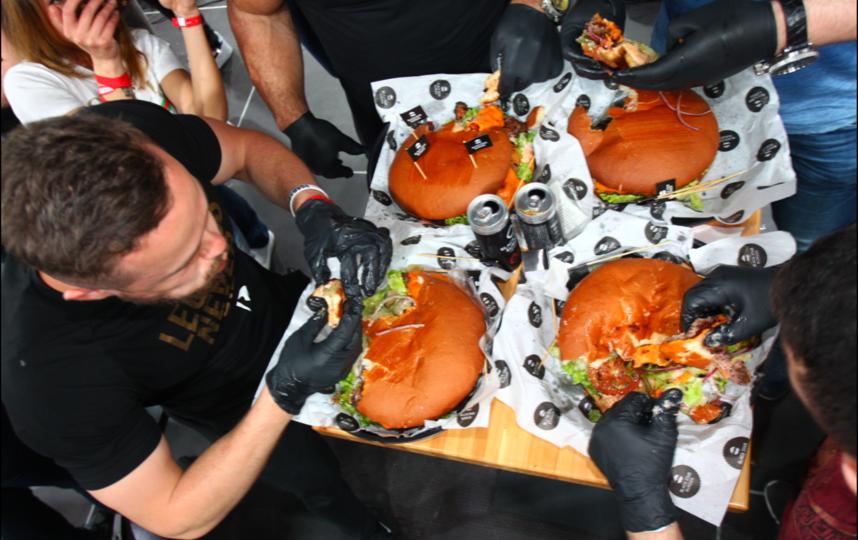 Чемпионат по скоростному поеданию бургеров. Фото Василий Кузьмичёнок