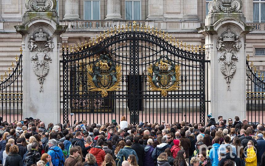2 мая 2015 года - британцы дежурили перед роддомом, где родилась принцесса Шарлотта, фотоархив. Фото Getty