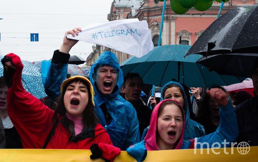 """Петербуржцы вышли под дождь на защиту Telegram. Фото Святослав Акимов., """"Metro"""""""