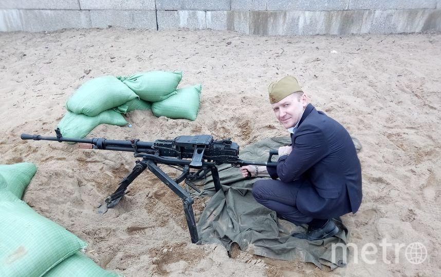 мужчина под танком. Фото Предоставлено Петром Назаровым.