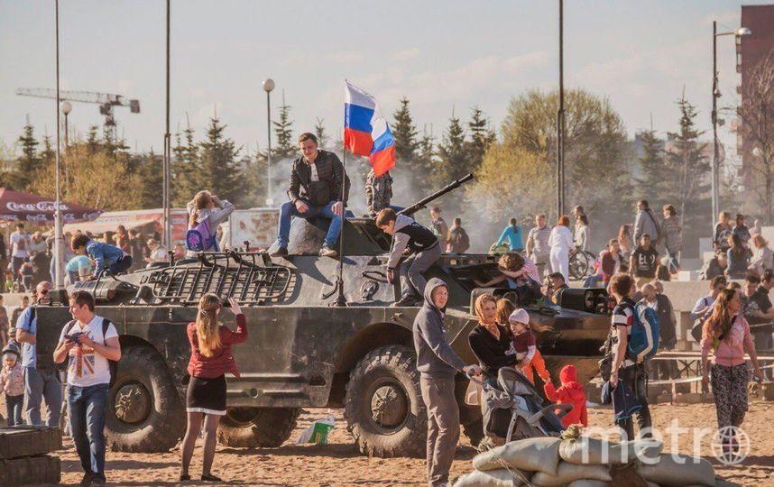 мужчина под танком. Фото Святослав Акимов.