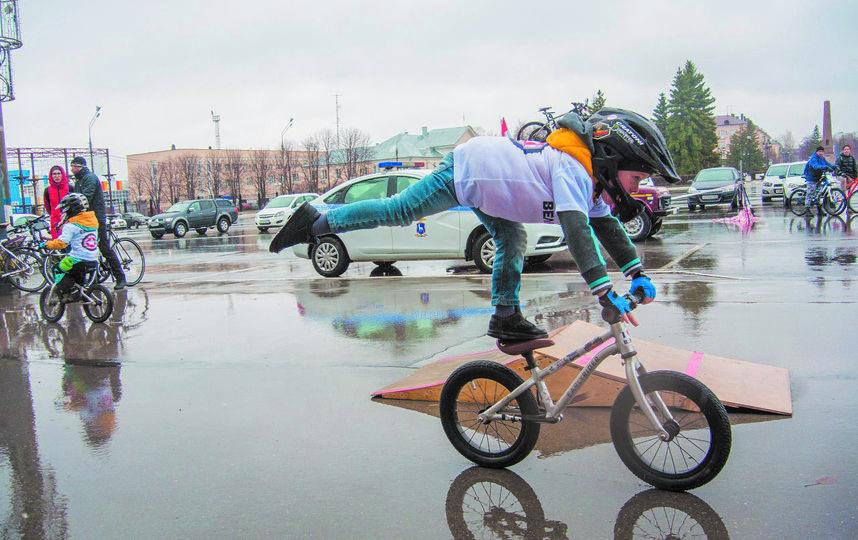 Участники школы беговелов «Маленькие звёзды» продемонстрировали в день открытия велосезона своё мастерство. Фото Егор Важнов, vk.com