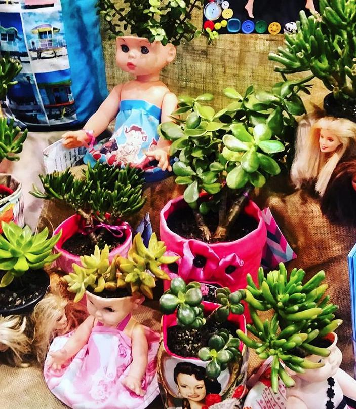 Дизайнеры предложили делать цветочные горшки из кукол. Фото скриншот www.instagram.com/succulentmart/