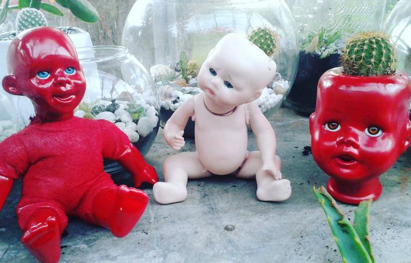 Дизайнеры предложили делать цветочные горшки из кукол. Фото Скриншот instagram.com/mother_sin_/