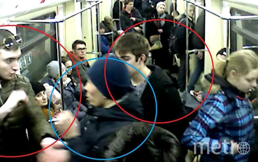 Скриншот видео с камеры видеонаблюдения. В синем — пострадавший, в красных кружках — задержанные. Фото предоставлено пресс-службой УВД на Московском метрополитене.