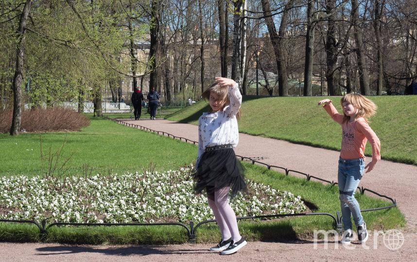 В Петербурге - солнечная погода, местные жители выходят погреться. Фото Святослав Акимов.