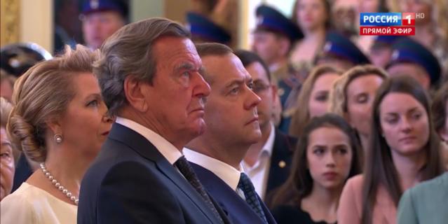 Гости инаугурации Путина. Герхард Шредер и Дмитрий Медведев с женой.