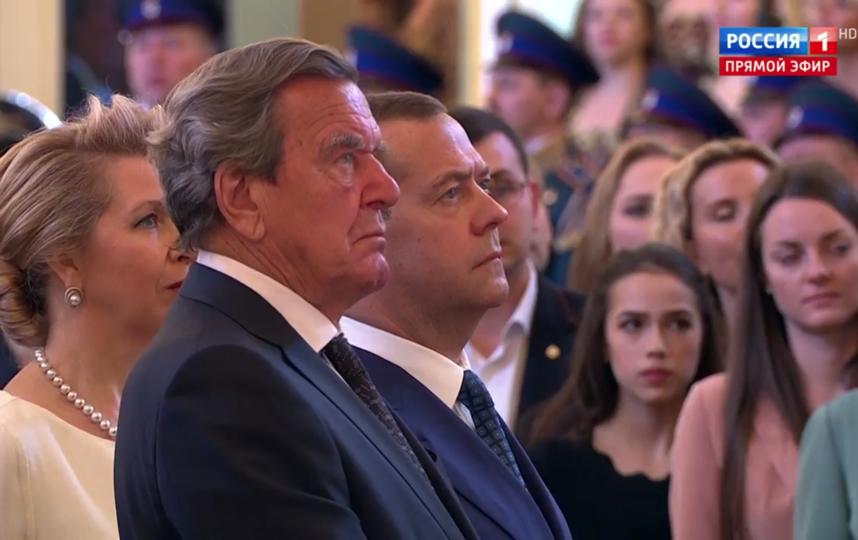 Гости инаугурации Путина. Герхард Шредер и Дмитрий Медведев с женой. Фото Скриншот Youtube